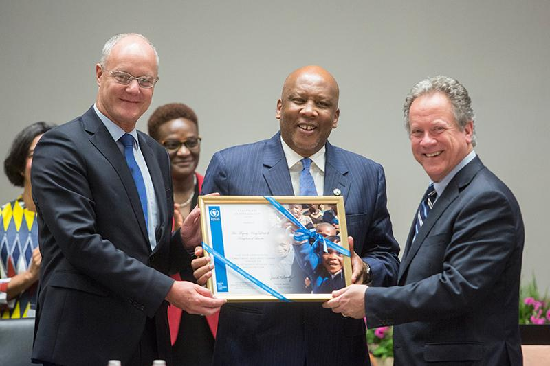 Left to right: Vice-President H.E. Dr. Ulrich Seidenberger, His Majesty King Letsie lll of the Kingdom of Lesotho, and WFP Executive Director, Mr David Beasley, present His Majesty King Letsie lll of the Kingdom of Lesotho with a Certificate of Appreciation. ​​​​Photo: WFP/Giulio Napolitano