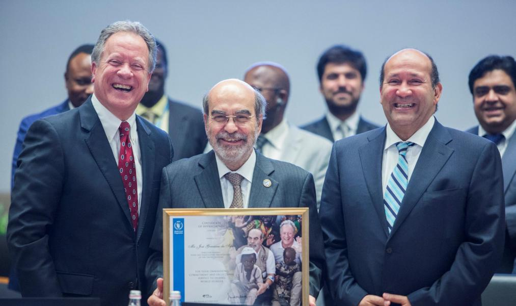 Recognizing the work of the outgoing Director-General of FAO, Mr. José Graziano da Silva, the President of the Board, H.E. Mr Hisham Mohamed Badr, Ambassador and Permanent Representative of the Arab Republic of Egypt, and WFP Executive Director, Mr David Beasley, present the Director-General with a Certificate of Appreciation. Photo: WFP/Giulio Napolitano