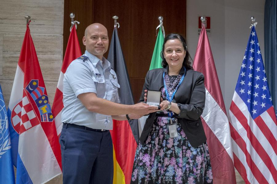 U.S. Military Major presents the Academy's military coin to the WFP Secretary.  Photo: WFP/Giulio d'Adamo